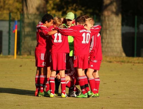 E-Junioren freuen sich über neue Trainingsanzüge und wichtigen Punktspielsieg